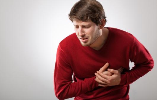 심장의 통증을 느끼는 남자