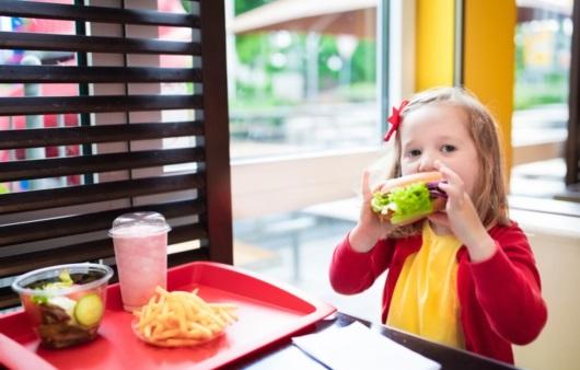 패스트푸드를 먹는 어린이