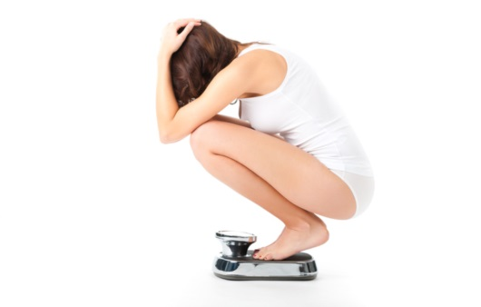체중을 측정한느 여성
