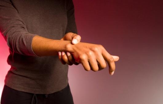 손목 통증을 호소하는 여성