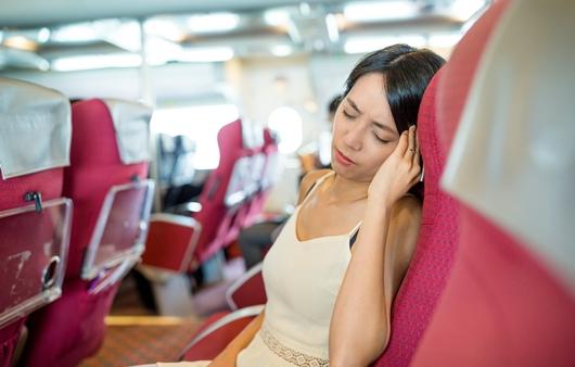 대중교통에서 멀미를 호소하는 여성