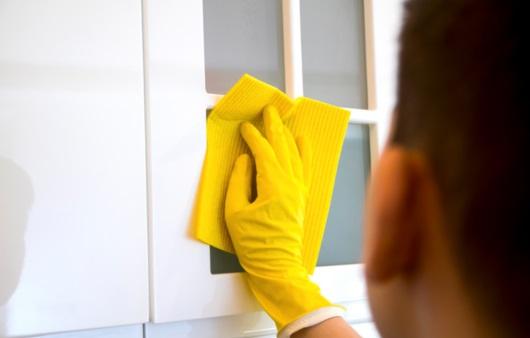 장갑을 착용하고 청소하는 남성