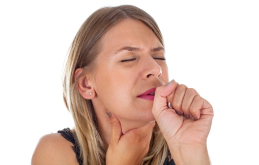 목에 통증이 있는 여성