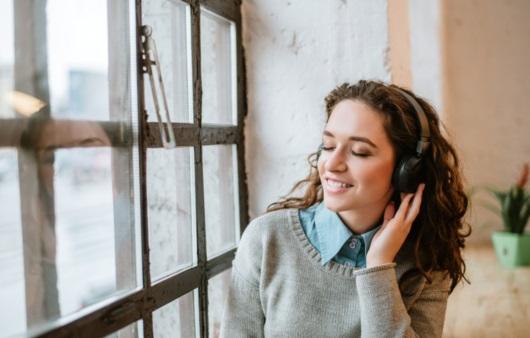 음악을 듣는 여성