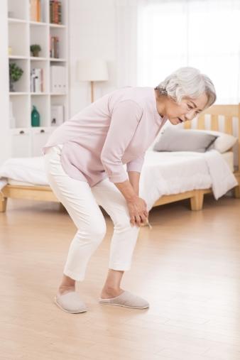 관절통을 호소하는 여성