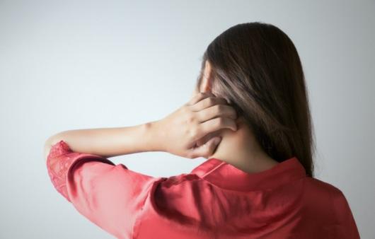 가려움증을 호소하는 여성
