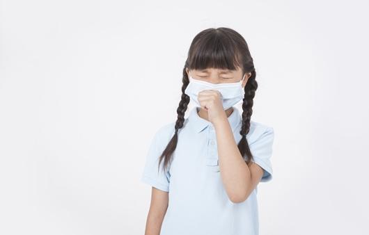 마스크를 착용한 어린이