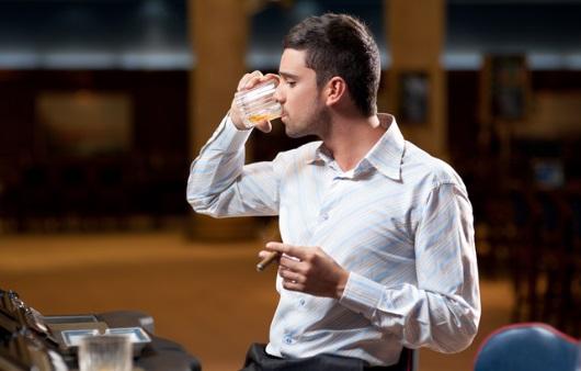 술을 마시면서 담배를 피우는 남성