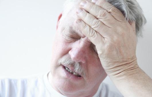 머리 통증을 호소하는 남성