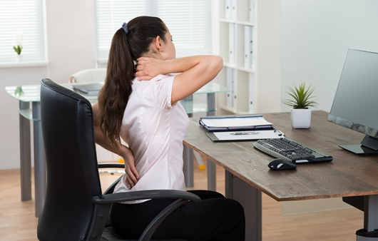 목과 허리 통증을 호소하는 여성