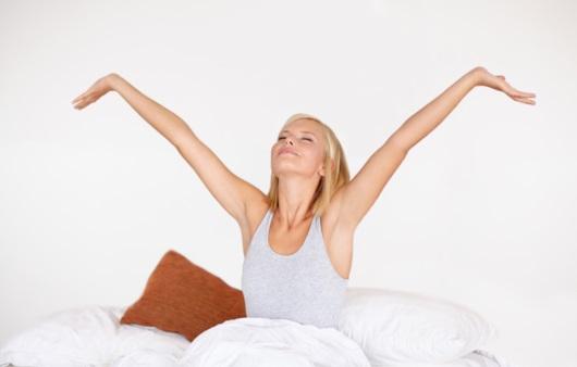 기분 좋게 아침을 맞이하는 여성