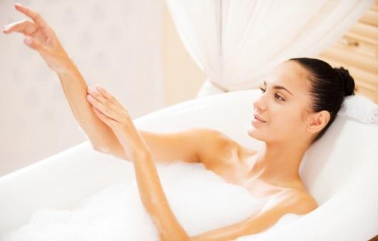 목욕하는 여성