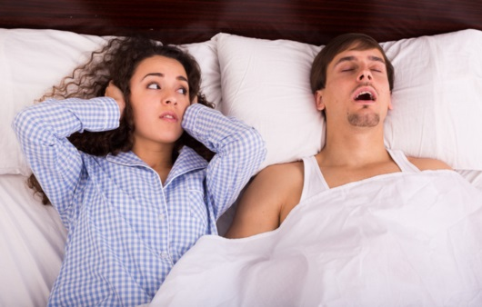 코고는 남성과 잠 못 이루는 여성