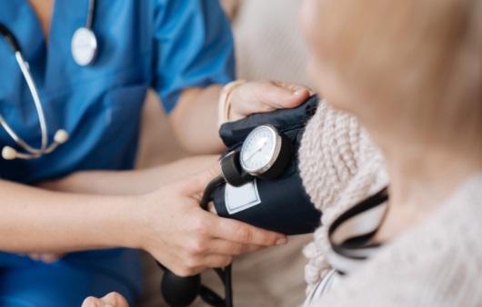 혈압 측정하는 의료진