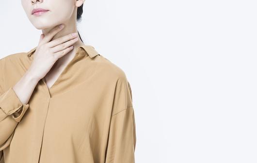 목의 통증을 호소하는 여성
