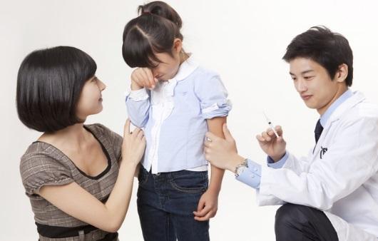 예방접종을 맞는 어린이