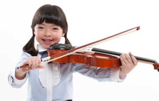 바이올린을 연주하는 아동