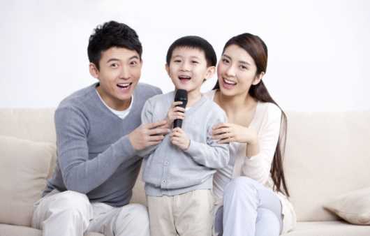 가족과 함께 노래부르는 어린이
