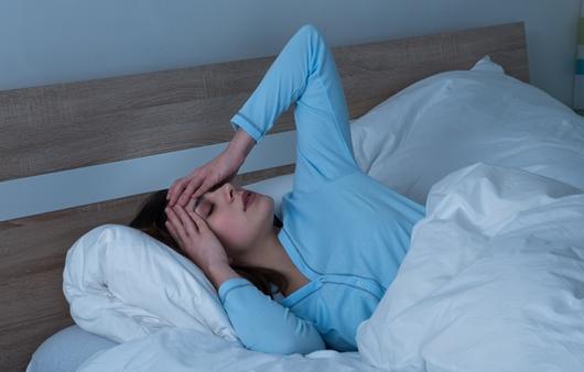 새벽에 두통을 호소하는 여성