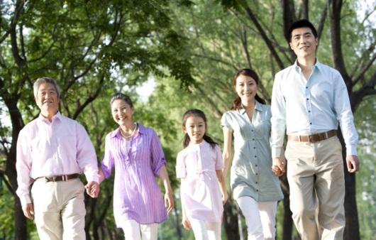 봄나들이하는 가족