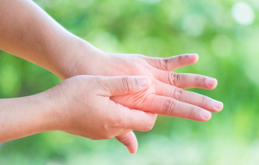 아침에 관절이 뻣뻣한 조조강직, 이런 질병일 수 있다?