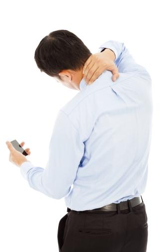 경추, 어깨 통증을 호소하는 남성