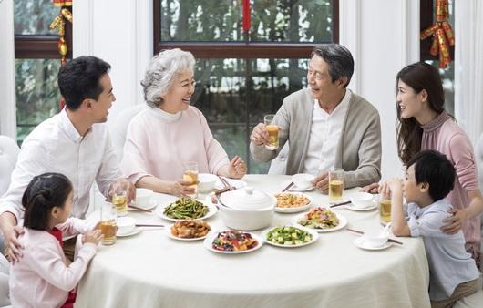 식사를 하는 가족