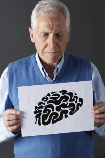 뇌 그림을 들고 있는 노인