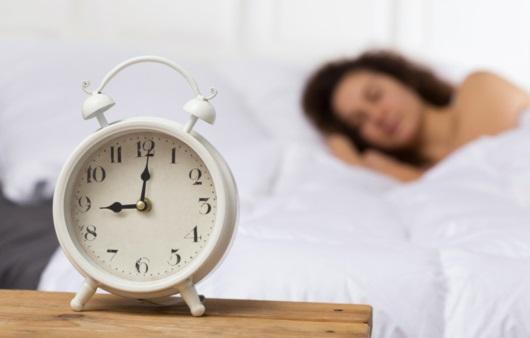 잠을 자고 있는 여성