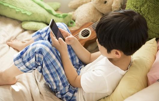 전자기기를 사용하는 어린이