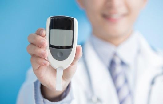 혈당 측정기를 들고 있는 의료진