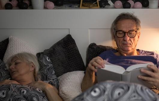 잠들지 않고 책을 읽는 노인