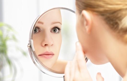 거울을 보는 여성
