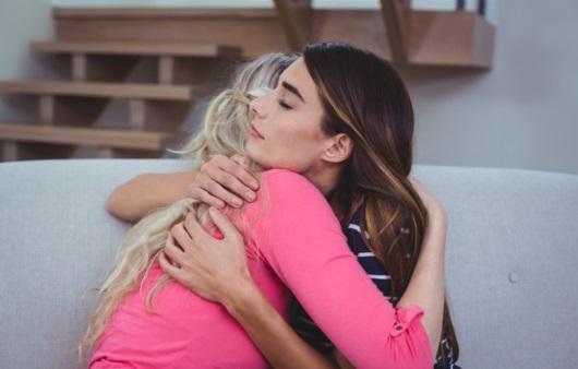 슬픈 친구를 위로하는 여성