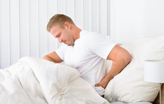 기상 후 통증을 호소하는 남성
