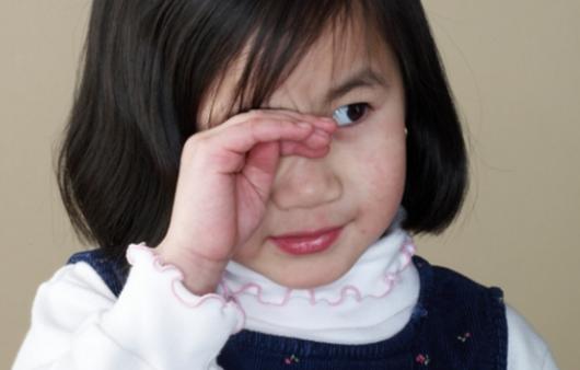 눈을 손으로 비비는 어린이