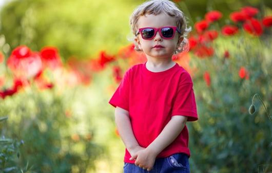 선글라스를 착용한 어린이