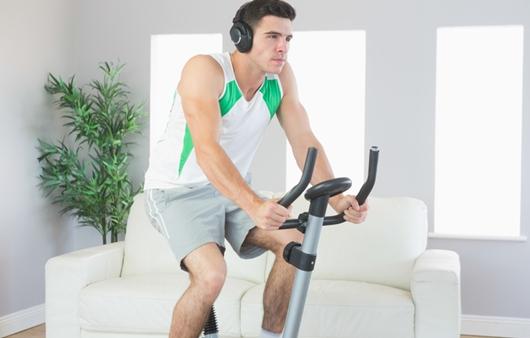 실내자전거를 타는 남성