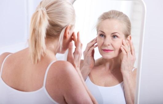 거울을 보는 중년 여성