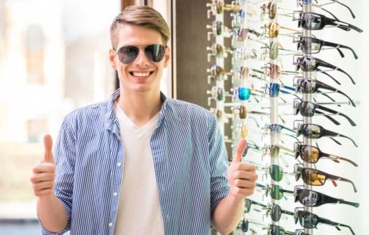 선글라스를 착용한 남성