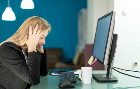 어지럼증을 호소하는 여성