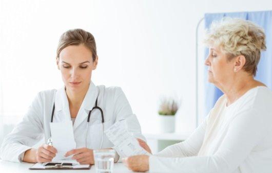 환자와 상담하는 의사