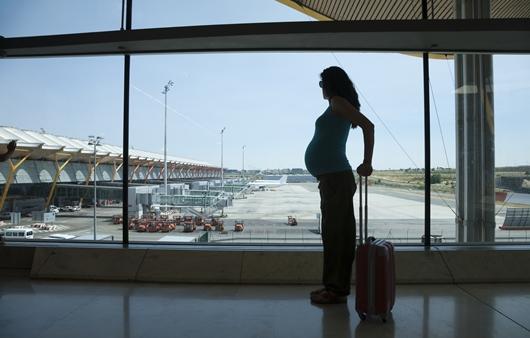 공항에 있는 임신부
