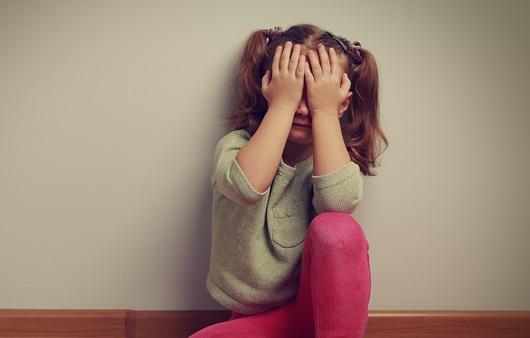 두려움을 느끼는 여자 어린이