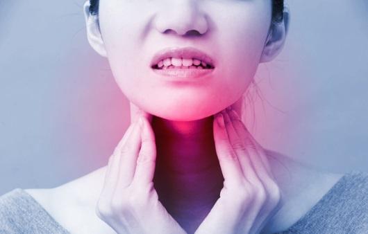 목 통증을 호소하는 여성