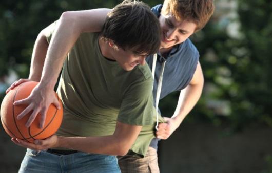 농구 경기를 하는 청소년