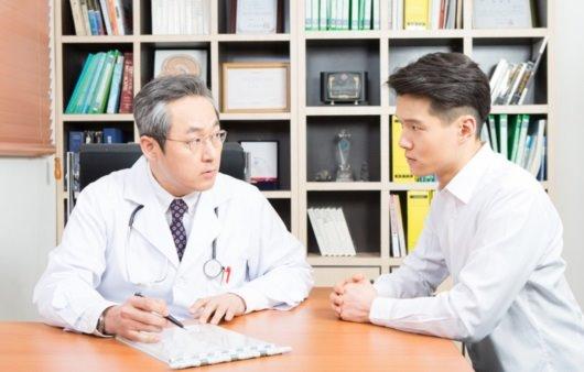 의료진과 상담 중인 남성