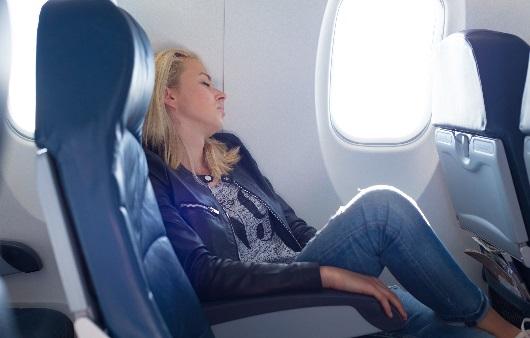비행기 좌석에 앉아있는 여성