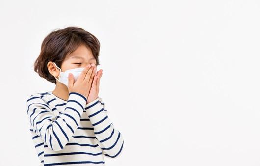 기침하는 어린이