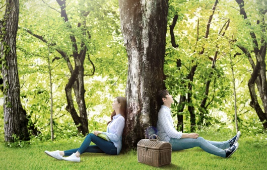 산림욕을 즐기는 커플